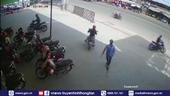 Dàn cảnh trộm xe máy táo tợn trước mặt bảo vệ