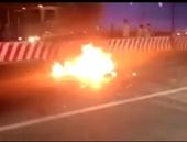 Hai xe máy tông nhau trực diện bốc cháy dữ dội, 3 người nhập viện