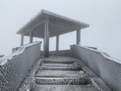 Du khách đổ về Mẫu Sơn ngắm cảnh băng tuyết phủ trắng núi rừng
