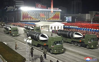 Hình ảnh tên lửa đạn đạo khủng phóng từ tàu ngầm mới của Triều Tiên tại lễ diễu binh
