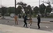 CLIP Thanh niên vượt đèn đỏ còn rút côn tấn công CSGT