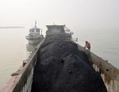 Cảnh sát biển bắt giữ vụ vận chuyển 500 tấn than không rõ nguồn gốc