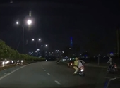 CLIP Đôi nam nữ điều khiển xe máy kéo lê CSGT trên đường