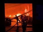 Công ty gỗ ở Bình Dương bốc cháy dữ dội lúc rạng sáng