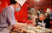 Choáng trước chế độ tập luyện và ăn uống của sumo nhí 10 tuổi nặng 85 kg