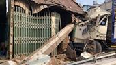 Ô tô tải tông gãy nhiều cột điện, húc đổ 2 nhà dân ở Đồng Nai