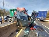 Container tông bẹp dúm ô tô con, quốc lộ 1 ùn tắc nghiêm trọng