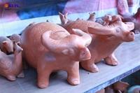 """Nghệ nhân làng gốm cho """"ra lò"""" tượng trâu đón năm Tân Sửu"""