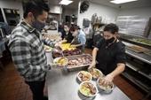 Nhà hàng Việt tặng gần 60 000 bữa ăn miễn phí cho dân Mỹ mùa dịch