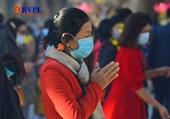 Người dân đeo khẩu trang du xuân, lễ chùa cầu may ngày đầu năm mới