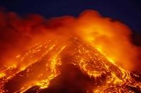 Hình ảnh ngoạn mục khi núi lửa mạnh nhất châu Âu phun trào