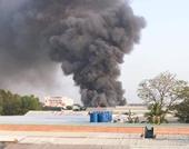 Cháy hàng loạt kiốt, cột khói cao hàng chục mét