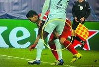 Suarez véo đùi hậu vệ Chelsea