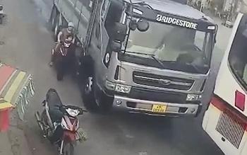 Ba mẹ con thoát chết trong gang tấc sau khi bị xe tải vượt ẩu tung ngã