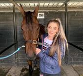 Huấn luyện viên xinh đẹp trở thành triệu phú nhờ những chú ngựa đua