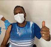 Vua bóng đá Pele hào hứng khoe hình ảnh được tiêm vắc xin phòng COVID-19