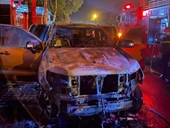 Ô tô bán tải nổ lốp húc văng xe máy, 2 người thương vong