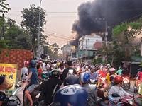Hàng loạt ki ốt bốc cháy dữ dội, cả khu phố náo loạn