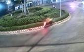 Khoảnh khắc nam thanh niên đi xe máy tông vào vòng xoay tử vong tại chỗ