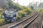 Tàu hỏa đâm ô tô cháu bé 1 tuổi tử vong Gác chắn chưa hạ