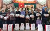 Phó Chủ tịch nước Đặng Thị Ngọc Thịnh tặng quà tại Quảng Nam