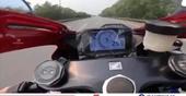 Lái xe mô tô phân khối lớn phóng tốc độ gần 300km h