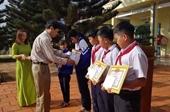 Khen thưởng 5 học sinh nhặt được tiền mang đến Công an tìm người trả lại