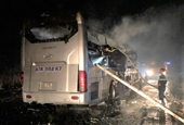 Xe khách bốc cháy dữ dội trong đêm, 11 người thoát nạn