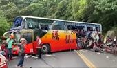 CLIP xe buýt chở 45 người lao vào dải phân cách trên đường cao tốc ở Đài Loan