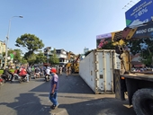 Lật xe đầu kéo trong trung tâm TP HCM, vòng xoay Lý Thái Tổ ùn tắc nghiêm trọng