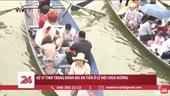 Những thanh niên đánh bài trên đò đi chùa Hương