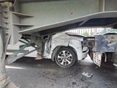 Tai nạn liên hoàn, ô tô 4 chỗ bị 2 container chèn, kẹp bẹp dúm