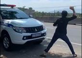 Tấn công xe công vụ sau khi bị CSGT dừng xe