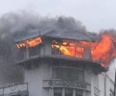 Sét đánh, đỉnh khách sạn Đồng Khánh bốc cháy ngùn ngụt trong mưa