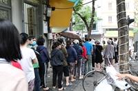 Xếp hàng cả giờ đồng hồ chờ mua bánh trôi, bánh chay cúng ngày Tết Hàn thực