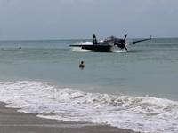 Máy bay ném bom Tổng thống Bush cha từng lái phải hạ cánh khẩn cấp giữa bãi tắm đông người