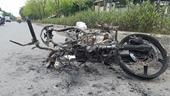 Đang chạy, xe máy bất ngờ bốc cháy còn trơ khung sắt