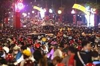 Người dân chen chân xem pháo hoa dịp giỗ Tổ Hùng Vương