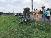 Người đàn ông nằm chết ven quốc lộ, chiếc xe máy bể nát