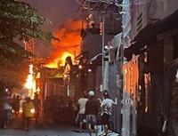 Người dân phá tường chữa cháy xưởng sản xuất ghế sofa