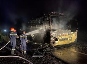 Hàng khách tháo chạy tán loạn khi xe giường nằm bất ngờ bốc cháy dữ dội trong đêm