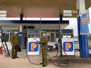 Tạm đình chỉ cửa hàng xăng dầu Petrolimex bán hàng kém chất lượng