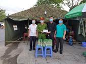 Thăm, tặng quà tại chốt kiểm soát liên ngành phòng, chống dịch COVID-19