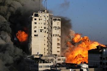 Khoảnh khắc tòa tháp al-Shorouq 14 tầng tại Gaza sụp đổ sau khi trúng tên lửa của Israel