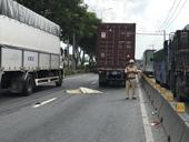 Thanh niên liên tục lao vào xe ô tô rồi tử nạn dưới bánh container