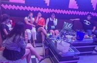 """Bất chấp lệnh cấm, quán karaoke vẫn mở cửa đón khách vào hát và """"phê"""" ma túy"""