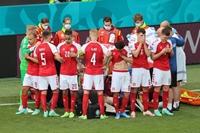 UEFA EURO 2020 Eriksen bất ngờ đổ gục xuống sân, các bác sĩ cấp cứu tại chỗ