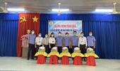 VKSND huyện Dương Minh Châu trao quà cho hộ nghèo bị ảnh hưởng bởi dịch COVID-19