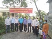 VKSND huyện Tân Phú Đông phối hợp lắp đèn năng lượng mặt trời tặng người dân