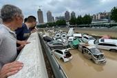 Kinh hoàng đường phố cuồn cuộn như suối mùa lũ sau mưa lớn chưa từng có ở Trịnh Châu, Trung Quốc